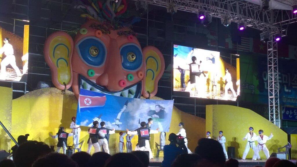 Koreaans optreden op het Andong Mask Dance Festival