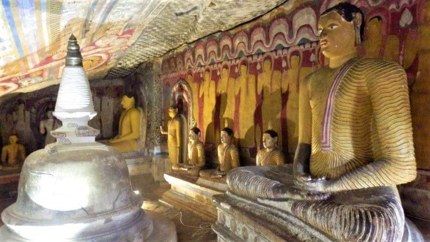 De verschillende grotten in Dambulla