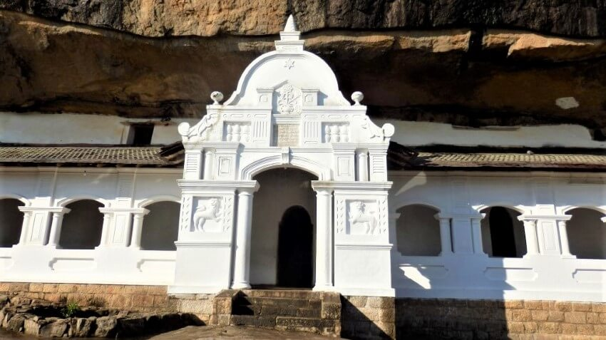 De ingang van de grottempel