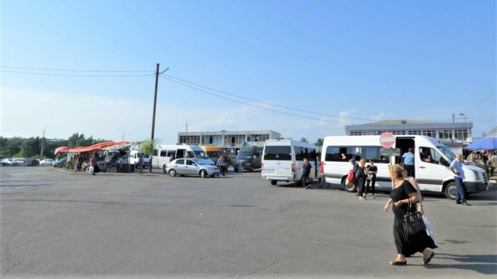 Het busstation van Gori in Georgië
