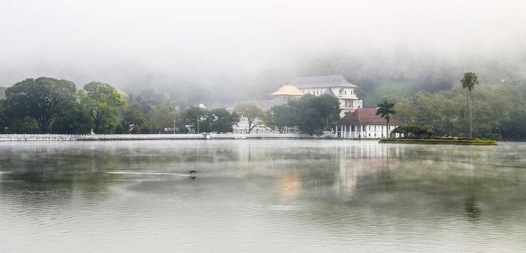 Het kunstmatige Kandy Lake in Sri Lanka