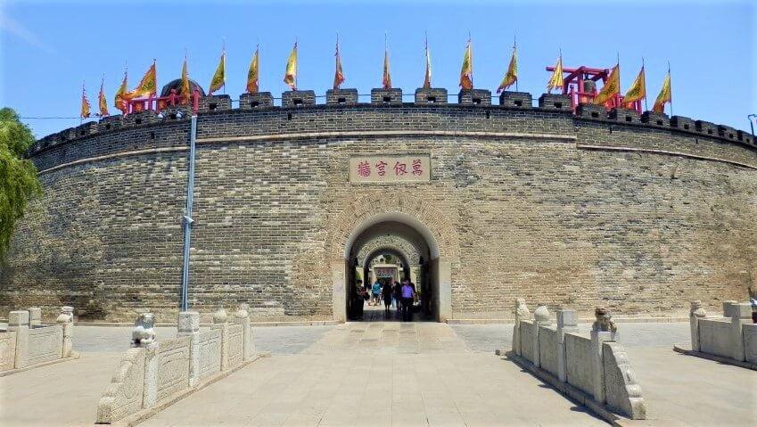 De zuidpoort van Qufu, China