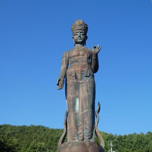 Een bronzen beeld van Boeddha in Yudanaka