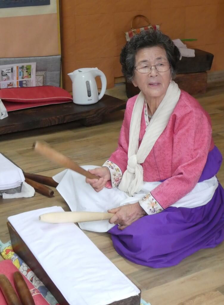 Koreaanse dame in traditionele kleding