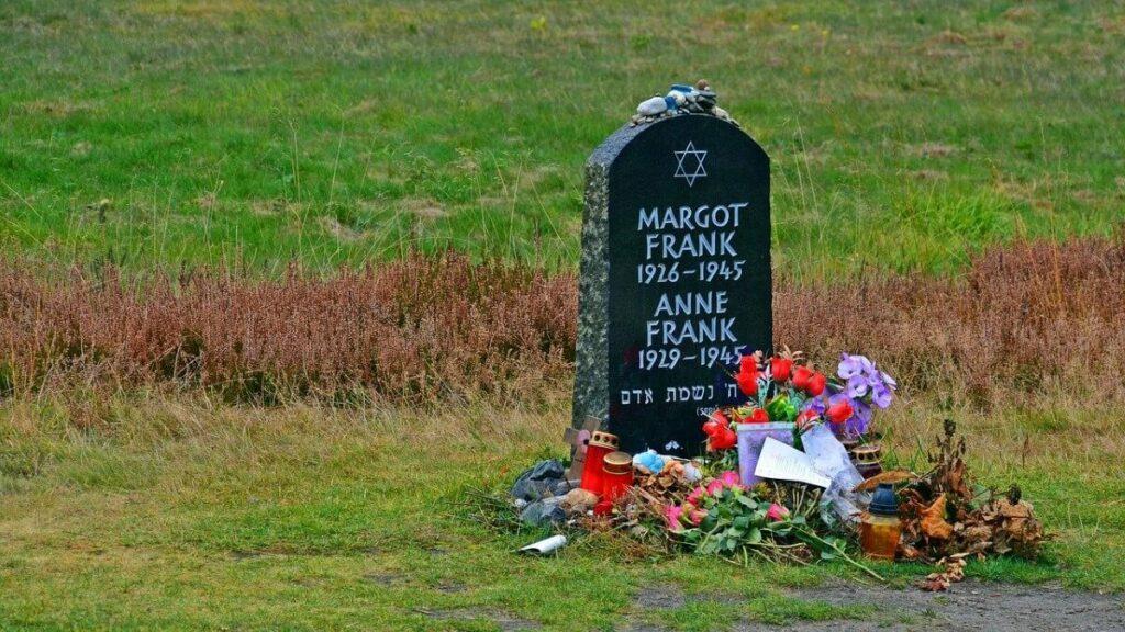 Symbolische graf Anne en Margot Frank in Bergen-Belsen
