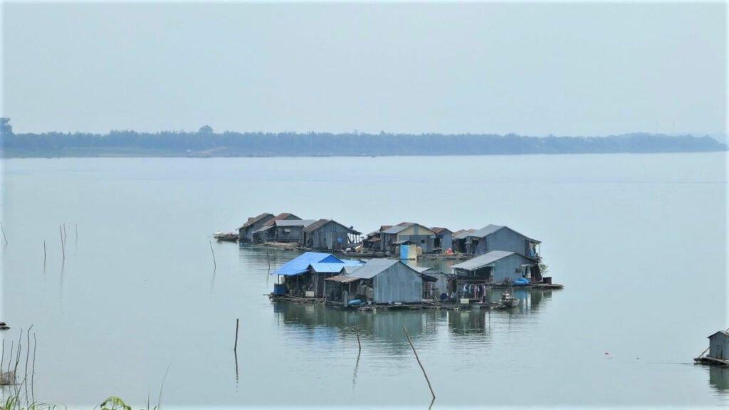 Een floating village in de Mekong rivier