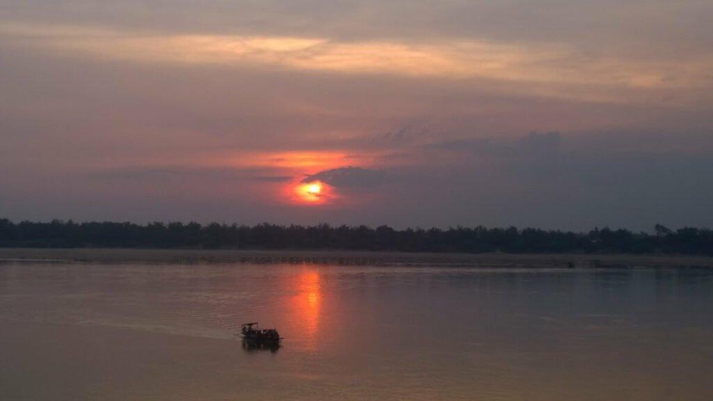 De zonsondergang bij Kratie en de Mekong
