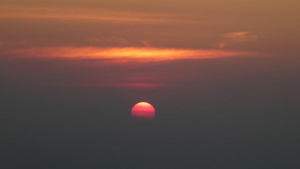 De zonsondergang in Mondulkiri, Cambodja