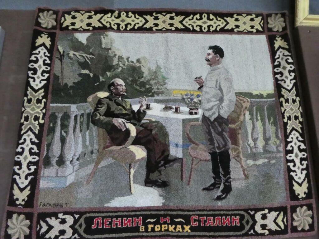 Een kleed met Stalin en Lenin uit het Stalin Museum, Gori