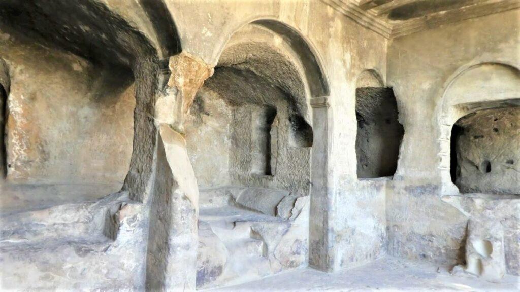 Een van de vele grotten die je kunt bezoeken van Uplistsikhe