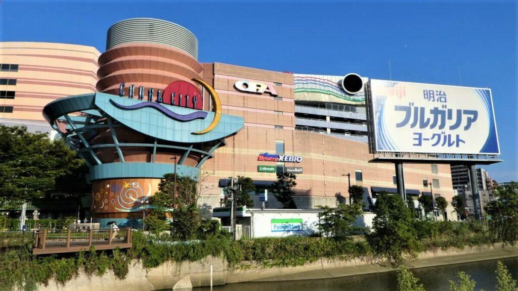 Het moderne winkelcentrum Canal City in Fukuoka, Japan