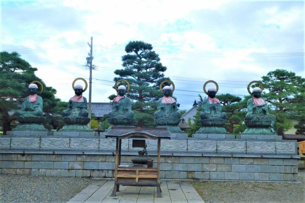 Een aantal boeddha's bij de Zenkoji Tempel, Nagano