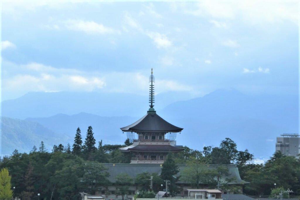 Uitzicht over de stad Nagano in Japan
