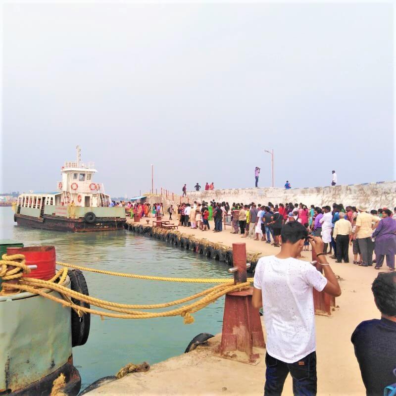 De ferry naar Thiruvalluvar Statue, India