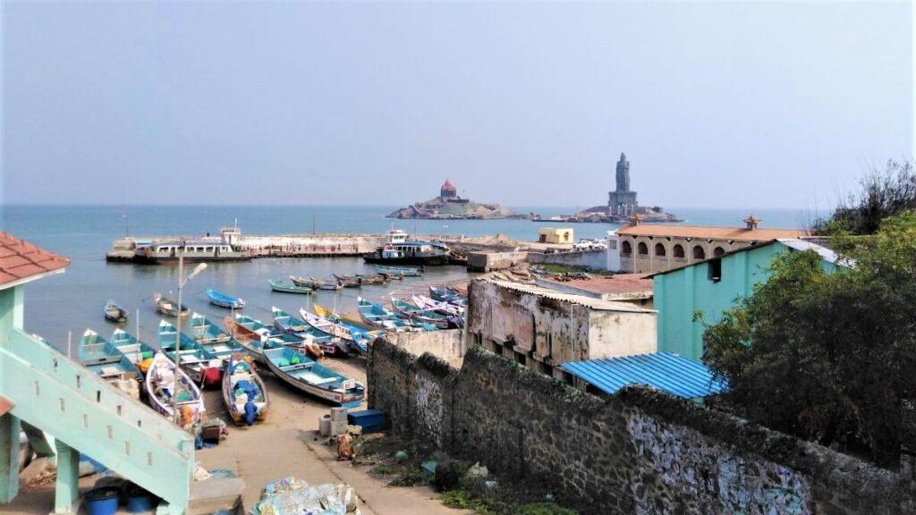 Via de haven naar de eilandjes van Kanyakumari, India