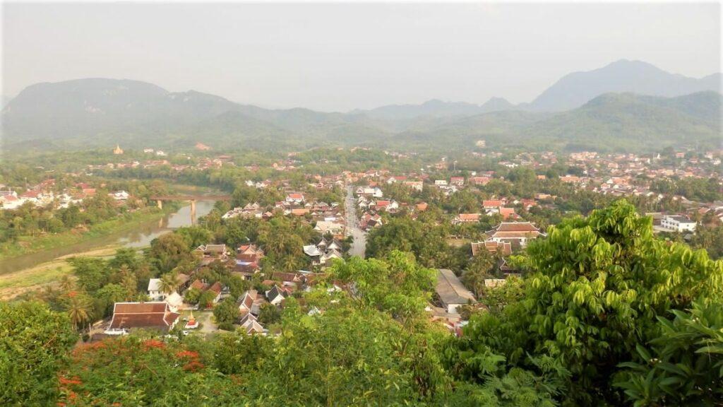 Uitzicht over de stad Luang Prabang, Laos