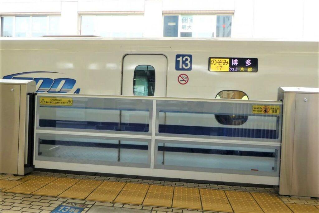 De Shinkansen op het treinstation van Nagoya