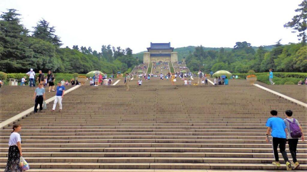 De 400 treden naar het mausoleum in Nanjing