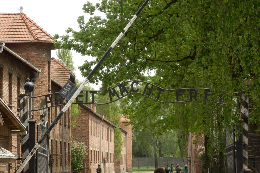 De tekst Arbeit macht Frei bij Auschwitz I