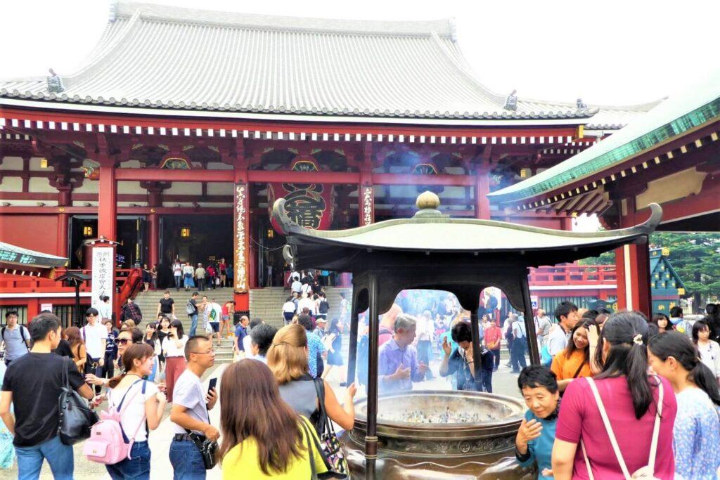 Wierook bij de Sensoji Tempel in Asakusa, Tokio