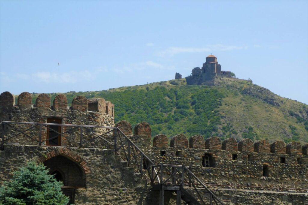 Uitzicht vanaf Mtscheta op het klooster van Jvari
