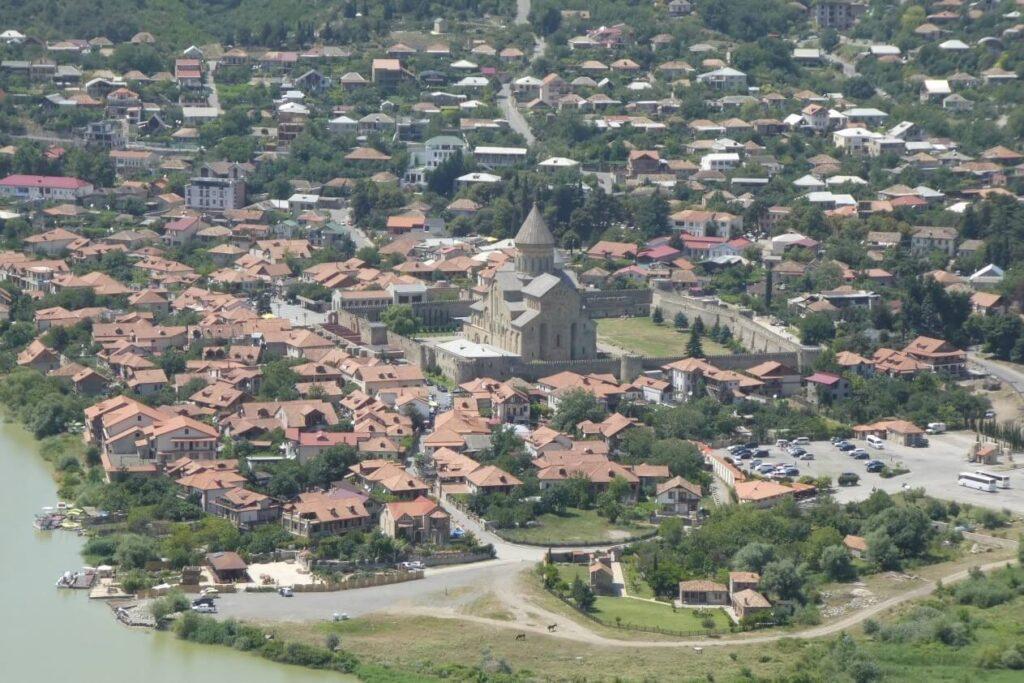 Uitzicht op de Svetotskhoveli Kathedraal vanaf het Jvari Klooster