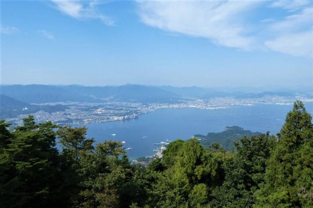 Uitzicht op Hiroshima vanaf Miyajima, Japan