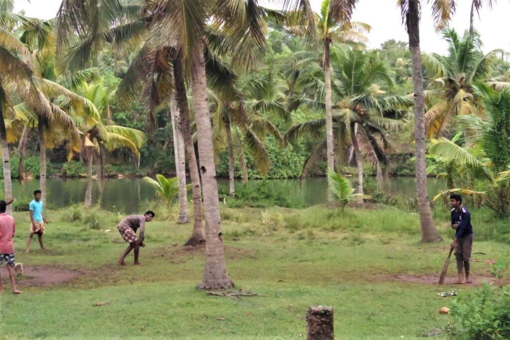 Locals spelen cricket in India