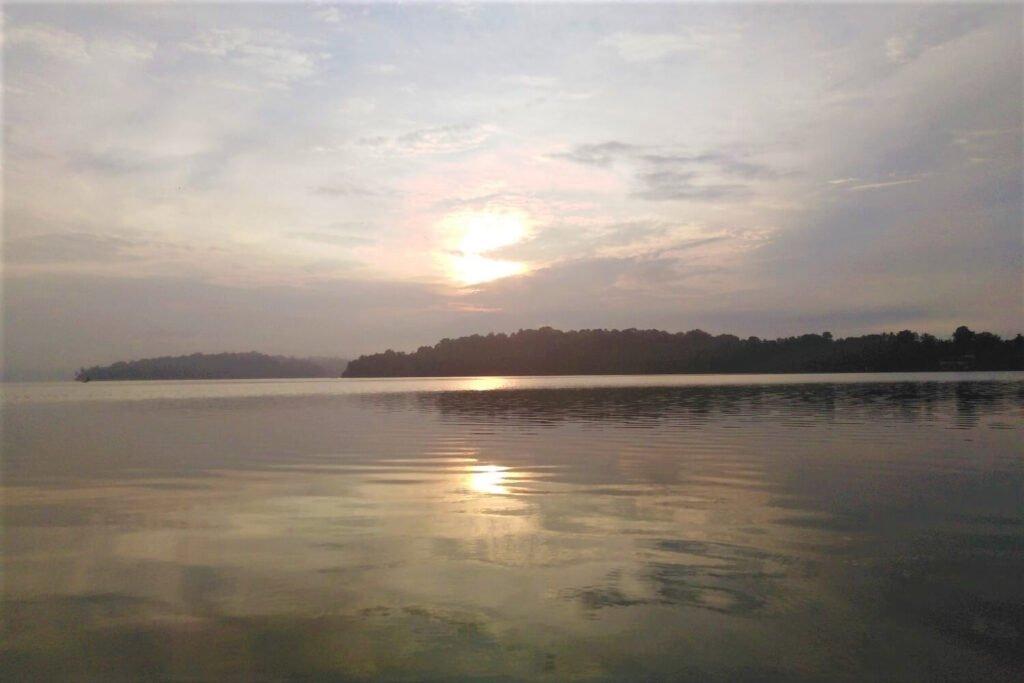De prachtige zonsopgang op het meer bij Munroe Island