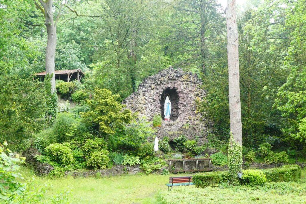 De Lourdesgrot in de kloostertuin, Limburg