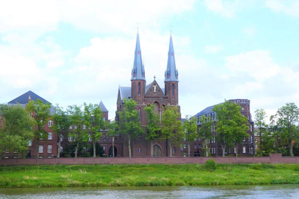 Het uitzicht op het Missiehuis St. Michaël aan de Maas