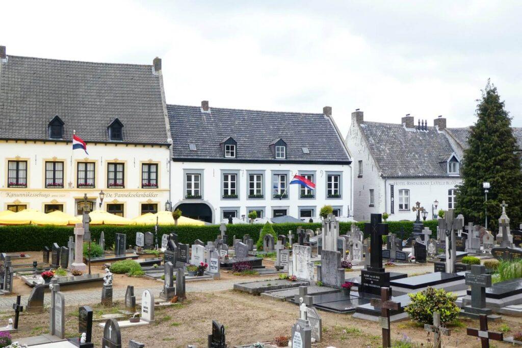 Begraafplaats en restaurants in het Witte Stadje