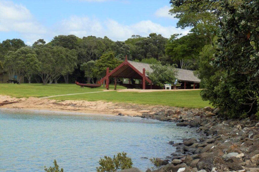 De Waitangi Treaty Grounds langs de kust van Nieuw-Zeeland