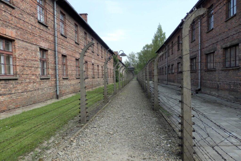 De barakken en prikkeldraad in Auschwitz I