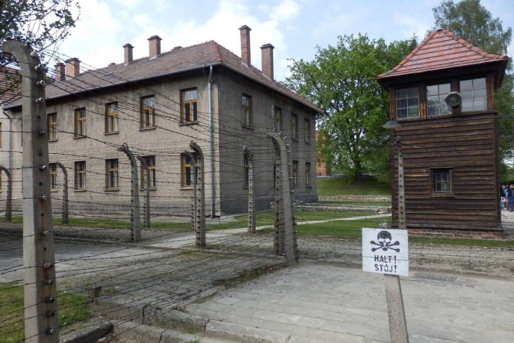 Wachttoren en prikkeldraad, Auschwitz I