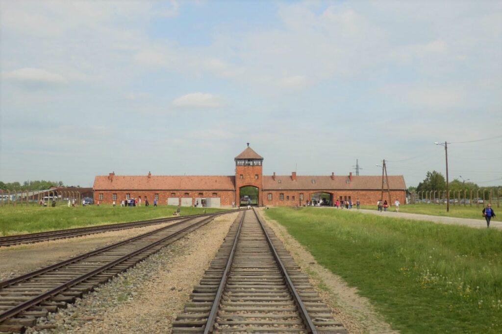 De treinrails in Auschwitz-Birkenau