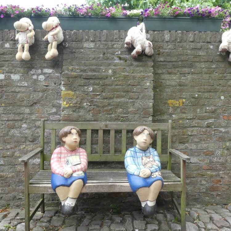 Bankje met kindjes en knuffels, Zeeland